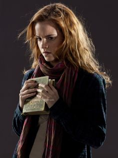 z- Emma Watson (Hermione Granger)- 'Harry Potter & Deathly Hallows' Wiki Harry Potter, Images Harry Potter, Harry Potter Hermione, Harry Potter Characters, Harry Potter World, Hermione Granger Outfits, Daniel Radcliffe, Still Picture, Deathly Hallows