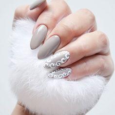Nowy pazurek! 🌹 Przepiękny odcień szarości wpadającej w beż FAT CAT @indigonails i zdobienia wykonane Sugar Effect'em 💕💞 Podoba Wam się? Lubię takie kolory jesienią! 🍁 #indigo indigonails #indigonailslab #hybrid #hybridnails #hybridmanicure #manicure #nailart #nailswag #nailstagram #nailoftheday #hybryda #hybrydowe #paznokcie #nails #pazurki #zdobienie #sugareffect #masterart #blog #blogerka #blogger #bbloggers #bbloger #bblog #beauty #uroda  Więcej moich stylizacji znajdziecie klikając…