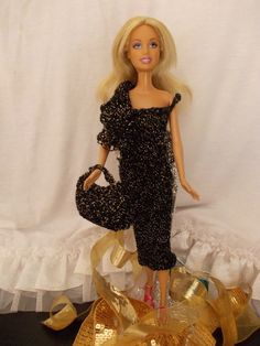 Bienvenue à tous et à toutes,   Aujourd'hui, une tenue de soirée, resplendissanteavec saforme moulante,... Barbie And Ken, Barbie Dolls, Clothing Patterns, Crochet, Formal Dresses, Hui, Collection, Fans, Blog