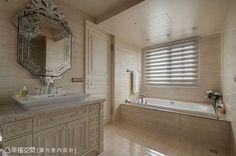 將浴缸獨立安排於側向動線,有著泡澡時視野開闊的巧思。