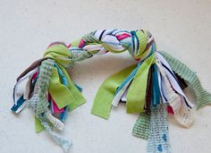 Easy Handmade Jersey Knit Dog Toy: 30 pieces for large dog and 15 pieces for small dog. Divide into three sets, knot, braid and knot again. Old t-shirt recycle! Pet Christmas Presents, Christmas Diy, Homemade Christmas, Diy Projects For Dog Lovers, Diy Dog Toys, Rabbit Toys, Dog Sweaters, Diy Stuffed Animals, Pet Gifts
