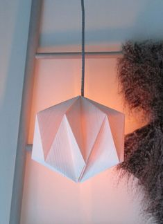 DIY Origami Lampshade Ideas Cute that Easy Imitated to Decorate Your Room Origami Lampshade, Origami Tutorial, Origami Easy, Paper Lampshade, Diy Pendant Light, Paper Flower Decor, Diy Fan, Decoupage Art, Decorate Your Room