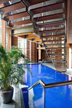 Moderne häuser mit innenpool  Modernes Haus mit indoor-Pool und Sauna-Raum. Großen Zement und ...