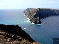 Porto Santo to wyspa należąca do Portugalii, położona na oceanie atlantyckim, nieopodal Madery. Jest naprawdę niewielka (ma około 14 kilometrów długości i  8 szerokości). Zamieszkuje ją nieco ponad 5000 mieszkańców. Głównym miastem, w którym osiedliło się 90% mieszkańców jest Vila Baleira nazywana również Porto Santo.