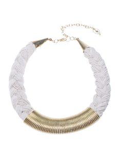 Collar trenzado con metal