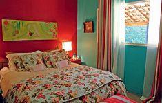 Aqui, o floral foi usado na cama. Repare como as cores da colcha combinam com os tons da parede e da cortina e não deixam o ambiente pesado. Projeto da designer de interiores Neza Cesar