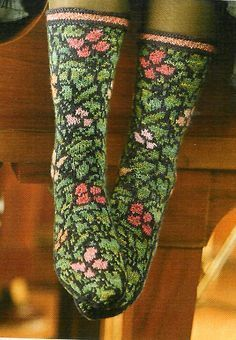 Jungle Socks magnifiques et quel boulot joline 103 idées Jungle socks, with echoes of William Morris Crochet Socks, Knit Or Crochet, Knitting Socks, Hand Knitting, Tejido Fair Isle, Knitting Patterns, Crochet Patterns, William Morris, Wool Socks