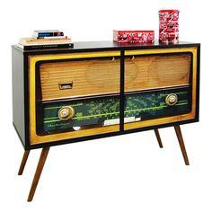 Armário adesivado imitando rádio antigo.