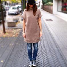 Mini abito/maximaglia di lana con collo alto e risvolto nelle maniche. Mini dress / maxi jersey wool with high collar and cuff sleeves .