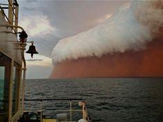 Un mal sueño de arena roja sobre el Índico  Estas fotografías han sido tomadas en la costa de Onslow (Australia), en el Océano Índico.   Habíamos visto este tipo de formaciones nubosas en desiertos o zonas áridas, pero desconocíamos que se producían también en el mar abierto.