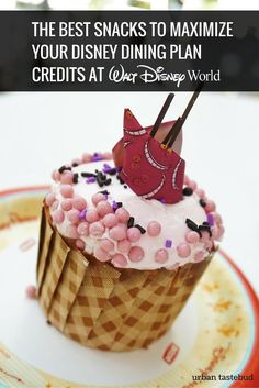 Best Snacks to Maximize Disney Dining Plan Credits Here are the 10 best snacks to maximize the Disney Dining Plan snack credits. From delicious cupcakes to pretzels and more, you'll love these tasty snacks! Disney World 2017, Disney World Food, Disney World Florida, Disney World Planning, Walt Disney World Vacations, Disney Travel, Disney Worlds, Disney Cruise, Family Vacations