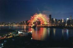 Cai Guo-Qiang, photographie réalisée par Hiro Ihara de la performance « Transient Rainbow », 2002 © Cai Guo-Qiang