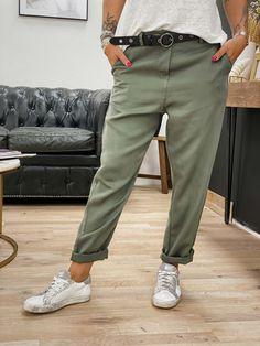 Un look urban chic pour ce pantalon BENJI kaki de la marque Banditas from Marseille. On craque pour sa coupe droite et son étoffe 100 % Lyocelle. Se ferme grâce à un bouton et une fermeture éclair, muni de deux poches en biais à l'avant et de deux fausses poches à l'arrière. Look Urban Chic, Mode Boho, Boho Fashion, Boutique, Sash, Pants, Marseille, Zipper Pulls, Pockets