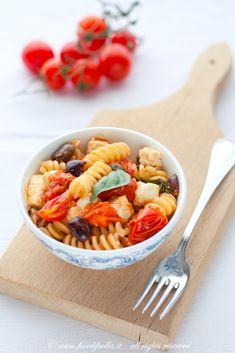 Fusilli di kamut ai pomodori ciliegia, olive taggiasche, capperi e feta