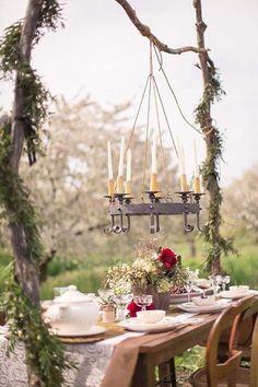 toller Kronleuchter mit weißen Kerzen