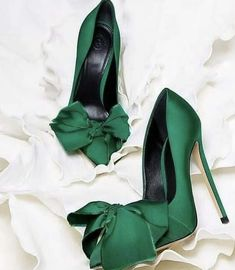 Green shoes for the holiday Pretty Shoes, Beautiful Shoes, Cute Shoes, Me Too Shoes, Women's Shoes, Shoe Boots, Pumps, Stilettos, Kinds Of Shoes