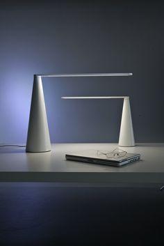 Luci bianche: lampada da tavolo Elica | White lightings: Elica table lamp •…