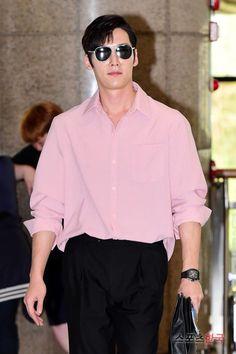 Actor Choi Jin-hyuk was seen leaving for Japan through Kimpo International Airport sporting a pink button down, black slacks, and pilot sunglasses. Choi Jin Hyuk, Handsome Korean Actors, Handsome Boys, Airport Fashion, Airport Style, Asian Boys, Asian Men, Dragon Heart, Black Slacks