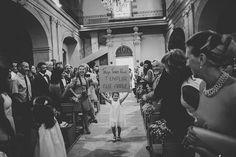 Photographe Mariage Bouches du Rhône - Provence - Mariage à Grans et au Chateau Valmousse - entrée des mariés - église