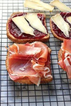 Sandwiches de mermelada de frambuesa, prosciutto y queso brie al grill