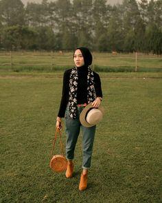 Ideas fashion model photoshoot dreams for 2019 Modern Hijab Fashion, Pink Fashion, Trendy Fashion, Fashion Models, Fashion Muslimah, Style Fashion, Casual Hijab Outfit, Outfits Casual, Simple Outfits