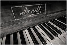 Belichting van een oude Arndt - foto's van Wayne Dudgeon - more images on http://on.dailym.net/29wKXfB #Arndt, #Kleur, #Piano, #Wayne-Dudgeon, #ZwartWit