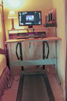 No instructions, but seems to use the Ikea Jerker desk. Workout Room Home, Workout Rooms, Exercise Rooms, Workout Gear, New Modern House, Treadmill Desk, Relaxation Room, Home Office Space, Diy Desk