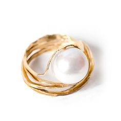 Oyster pearl ring in 18kt yellow gold