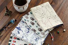 ブックカバーを使えば、大切な本にキズがつかないし、電車の中やカフェなど人目が気になる場所でも安心ですよね。お店で売っているブックカバーも素敵だけれど、お気に入りの紙や布で自分だけのブックカバーを手作りしてみませんか?今回は、紙や布を折るだけでできる簡単なブックカバーの作り方と、みんなの素敵な手作りアイデアをご紹介!お気に入りのカバーで、読書の秋をもっと自分らしく楽しみましょう♪