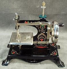 Sewing Toys Vintage sewing machines More - Sewing Machines Best, Antique Sewing Machines, Vintage Sewing Notions, Vintage Sewing Patterns, Sewing Box, Love Sewing, Sewing Machine Accessories, Retro, Sewing Rooms