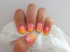 diseño de uñas degradado con estampado tribal! Gradient nail design with tribal print!