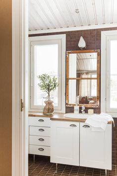 Kylpyhuoneen kalusteet ovat Petra-keittiöiltä. Peili on tehty itse vanhasta ikkunanpokasta. Teko-oliivipuu on istutettu paperipussissa vanhaan lasipurkkiin.