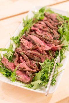 Jälkimarinoitu paahtopaisti on sukujuhlien takuuvarma tarjottava ja itse olen siihen usein juhlissa törmännyt. Valmistan paahtopaistin aina linkistä löytyvällä luotto-ohjeella. Ohjeella paahtopaistista tulee suussa sulavaa. Rakastan tuoreita yrttejä ja erityisesti rakuunaa. Paahtopaistin marinaadin käytin runsaasti tuoreita... Pork Recipes, Vegetarian Recipes, Healthy Recipes, I Love Food, Good Food, Yummy Food, Manado, Savory Pastry, Just Eat It
