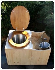 Outhouse toilet with easy sawdust bin access Fossa Séptica, Outdoor Toilet, Toilette Design, Camping Toilet, Outdoor Bathrooms, Composting Toilet, Natural Building, Earthship, Bathroom Toilets
