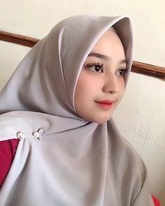 "2,206 Suka, 17 Komentar - OPEN ENDORSE (@miraputri.official) di Instagram: ""Yg mau samaan tuspin hijab dan bross hijab seperti yg aku pakai ini bisa cek ig nya…"" Casual Hijab Outfit, Hijab Chic, Niqab, Borneo, Muslim Women, Hijab Fashion, Hijab Styles, Cosplay, Makeup"