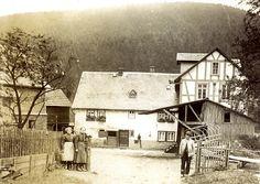 """""""Die Müllerfamilie vor der Mühle in Oberdieten, um 1912"""", in: Historische Bilddokumente <http://www.lagis-hessen.de/de/subjects/idrec/sn/bd/id/38-039> (Stand: 8.3.2011) #Untergericht"""