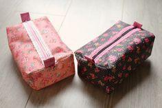 Un tuto très simple et rapide pour faire un beau cadeau! Une trousse, ça sert toujours: stylos, maquillage, couture... Celle-ci a le format idéal pour tout! C'est