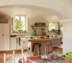 Cocina con isla de obra y techo de bóveda