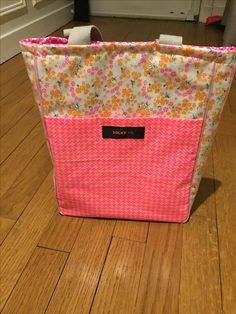 Tote bag en toile ciree Sewing Projects, Diy Projects, Hamper, Diaper Bag, Organization, Homemade, Tote Bag, Home Decor, Oilcloth