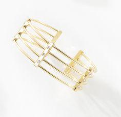 Pulsera 4 Líneas. La estructura dorada de éste moderno brazalete geométrico adorna majestuosamente tu brazo. Es una pieza va con todo cuando quieres darle un toque final a tu atuendo. Modelo 116045.