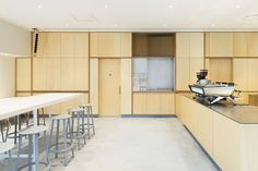 Blue Bottle Coffee Roppongi Cafe is a minimal coffee shop located in Tokyo, Japan, designed by Schemata Architects. Interior Design Colleges, Cafe Interior Design, Cafe Design, Store Design, Visual Merchandising, Diy Interior Doors, Blue Cafe, Blue Bottle Coffee, Best Coffee Shop