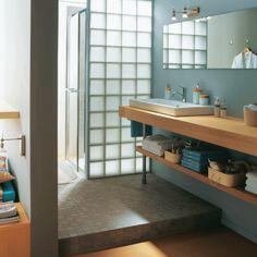Utilizza il calcestruzzo e il vetromattone per creare nuovi spazi in bagno!