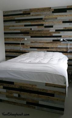 Wand en op maat gemaakt bed van gemixt sloophout. #gemixt #sloophout #bed #muur #wand