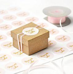 Décorez vos cadeaux d'invités pour votre mariage avec des stickers personnalisés de votre logo de mariés. Rond, carré, rectangulaire, il y en a pour tout les goûts !