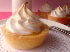 Lemon Meringue Tartlets or key lime? Maybe use lemon curd instead of traditional lemon meringue filling Lemon Meringue Tartlets, Lemon Meringue Cheesecake, Carrot Cake Cheesecake, Healthy Cheesecake, Lemon Curd, Cheesecake Recipes, Lemon Tarts, Gourmet Recipes, Sweet Recipes