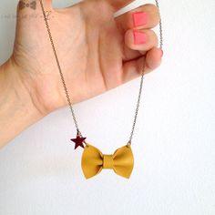 Collier avec petit nœud en cuir jaune moutarde, détail étoile émaillée bordeaux - #avec #bordeaux #Collier #cuir #détail #émaillée #en #étoile #jaune #moutarde #noeud #petit