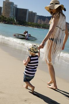Walking along the Waikiki Beach // {by Totes and the City}