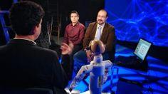 El Doctor Pedro Ponce le explica a Iván Carrillo las aplicaciónes que tiene la robótica