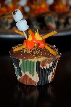 cupcake complete with campfire & roasting marshmallows! (No instructions at the link BTW)