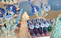 """Carolina escolheu o tema """"Frozen"""" e se transformou na personagem principal da decoração de sua festa de aniversário! A Mybabyface criou os toppers, forminhas para os docinhos, suportes dos cupcakes, o painel do cenário para deixar esta festa de acordo com o sonho da aniversariante! #mybabyface#mybabyfesta#anasigaud#festapersonalizada#decoracaodeaniversario # decoracao #festa# aniversario"""